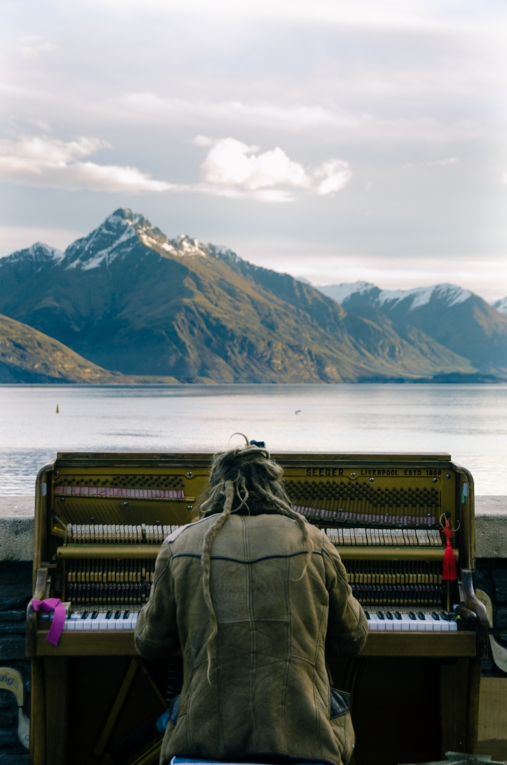 Outdoor pianist in Queenstown, NZ